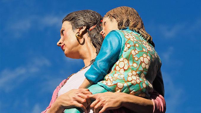Beeld met moeder en kind
